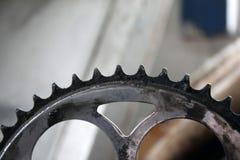 自行车星的特写镜头 老葡萄酒或登山车 嵌齿轮驾驶链子的星 免版税库存图片