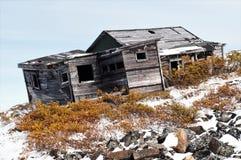 腐朽的老狩猎小屋近对赌博,育空 库存图片