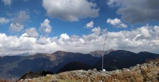 艰苦跋涉通过接触天空的山 免版税库存照片