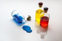 色的液体溢出 免版税库存图片