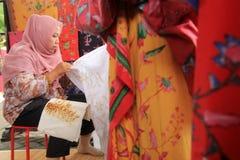 苏拉巴亚印度尼西亚 2015年8月20日 使用倾斜,妇女做蜡染布主题 免版税图库摄影