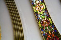 苏联大厦的一个半圆形式的天花板与弯曲的和多彩多姿的彩色玻璃窗的 老结构 库存图片
