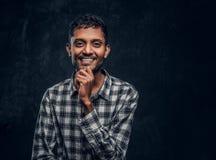 英俊的印度喜剧演员笑和posig 免版税库存图片