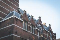 老大学图书馆在德尔福特古城中心 免版税库存照片