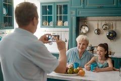 老婆婆和孙女摆在 免版税库存照片