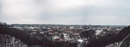 老全景夏时城镇维尔纽斯 在城市的好看法 库存图片