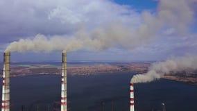 老热电植物鸟瞰图有大烟囱的在水库附近的一个农村风景 股票录像