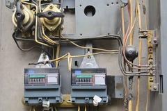 老电子盾的片段 杂乱和粗心大意地被放置的导线 概念:电机设备 免版税库存照片