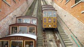 老电车,缆索铁路把乘客带对Buda小山,布达佩斯,匈牙利 股票视频