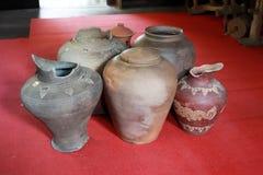 老被毁坏的瓶子,在北泰国 库存图片