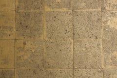 老黄色灰色混凝土瓦墙壁以损伤 毛面纹理 免版税库存照片