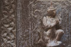 考古学,关闭在老木雕刻的被雕刻的艺术形象在墙壁寺庙在Shwe南Daw Kyaung金黄宫殿 库存图片