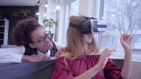 虚拟现实娱乐,使用特别VR耳机特写镜头的微笑的不同种族的朋友女孩比赛虚拟现实 影视素材