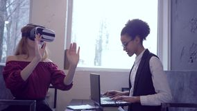 虚拟现实比赛,愉快的混合的族种朋友女孩为使用使用VR耳机和现代膝上型计算机技术真正 影视素材