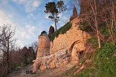 贝尔蒂诺罗,福尔利切塞纳,伊米莉亚罗马甘,意大利:古老小山镇的中世纪墙壁 库存图片