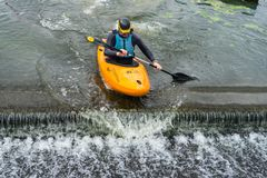 贝得福得,贝德福德郡,英国,2018年8月19日 划皮船在英国,快的反应和强的小船控制技能的浪端的白色泡沫 免版税图库摄影