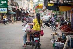 购物在当地食物市场上的柬埔寨人 桔井,柬埔寨- 2018年12月8日 库存图片