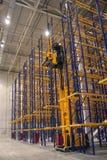 贮藏室的巨大的区域有垂直的存贮的 免版税库存图片