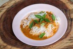 蒸汽泰国米细面条用红色咖喱和vetgetable 免版税库存图片
