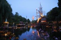 蒂沃利公园好的看法在与小船的晚上在湖 库存照片