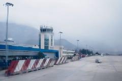 蒂瓦特/黑山- 2018年2月7日:蒂瓦特机场看法从跑道、命令和控制站的 雨 被弄脏的backgroun 免版税库存照片