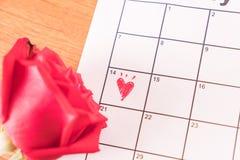 è aumentato sul calendario con la data del da del biglietto di S. Valentino del 14 febbraio Immagini Stock