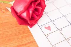 è aumentato sul calendario con la data del da del biglietto di S. Valentino del 14 febbraio Fotografie Stock