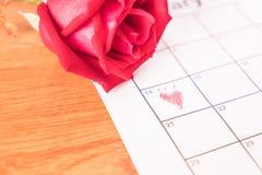 è aumentato sul calendario con la data del da del biglietto di S. Valentino del 14 febbraio Fotografia Stock Libera da Diritti