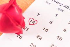è aumentato sul calendario con la data del da del biglietto di S. Valentino del 14 febbraio Fotografie Stock Libere da Diritti