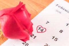 è aumentato sul calendario con la data del da del biglietto di S. Valentino del 14 febbraio Fotografia Stock