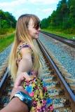 È la mano di un uomo sulla ferrovia Fotografia Stock Libera da Diritti