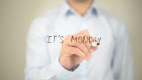 È lunedì, scrittura dell'uomo sullo schermo trasparente fotografia stock libera da diritti