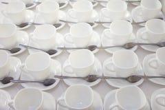 È molte tazze di tè nette bianche vuote fotografia stock