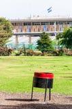 È piegato condizione rossa nera del contenitore di rifiuti nel parco di Gerusalemme davanti alla Knesset di cui la legislatura na fotografie stock libere da diritti