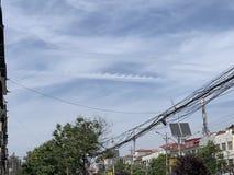 È questo un'accelerazione del motociclo attraverso le nuvole? immagini stock