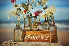 È scritto sull'oceano dei fiori di amore di parola dell'etichetta Fotografie Stock Libere da Diritti