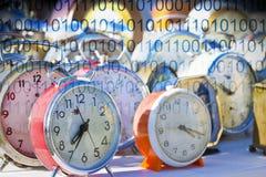 ? tempo di proteggere i vostri dati - immagine di concetto con i vecchi orologi di tavola colorati del metallo con il codice bina fotografia stock