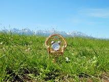 È tempo di sedersi in natura e di andare per rilassamento e resto Fotografia Stock Libera da Diritti