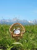 È tempo di sedersi in natura e di andare per rilassamento e resto Immagine Stock Libera da Diritti