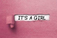 È una ragazza dietro la carta strappata del ricciolo immagini stock libere da diritti