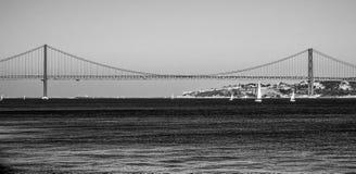 25ème April Bridge au-dessus de rivière le Tage dans le pont de Lisbonne aka Salazar Images stock