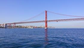 25ème April Bridge célèbre au-dessus de rivière Tajo dans le pont de Lisbonne aka Salazar Image stock