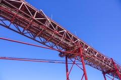 25ème April Bridge célèbre au-dessus de rivière Tajo dans le pont de Lisbonne aka Salazar Images stock