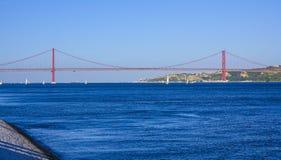 25ème April Bridge célèbre au-dessus de rivière Tajo dans le pont de Lisbonne aka Salazar Photographie stock libre de droits