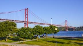 25ème April Bridge célèbre au-dessus de rivière Tajo dans le pont de Lisbonne aka Salazar Photos stock