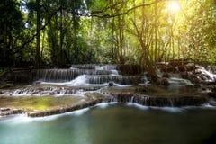 4ème cascade de Huay Mae Khamin dans Kanchanaburi, Thaïlande Photographie stock libre de droits