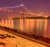 25ème d'April Bridge à Lisbonne la nuit Images stock