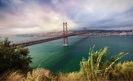 25ème d'April Bridge à travers le Tage et de la vue sur le cent Photo stock