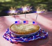 4ème de la tarte aux pommes de juillet avec des cierges magiques sur un Tableau Images libres de droits