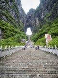 28ème de mai 2018 : Touristes ramenant les 999 escaliers raides à la montagne de Tianmen, la porte du ` s de ciel chez Zhangjiagi Photographie stock libre de droits